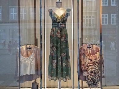 Entdecke luftige Sommerkleider in den MÜNSTER ARKADEN wie dieses mit Volant von ZARA